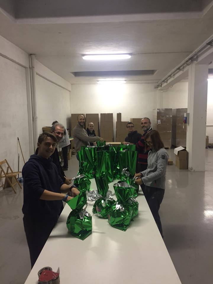 volontari dell'associazione non profit 26 aprile preparano i panettoni e i pandori artigianali per raccogliere fondi per il progetto chernobyl