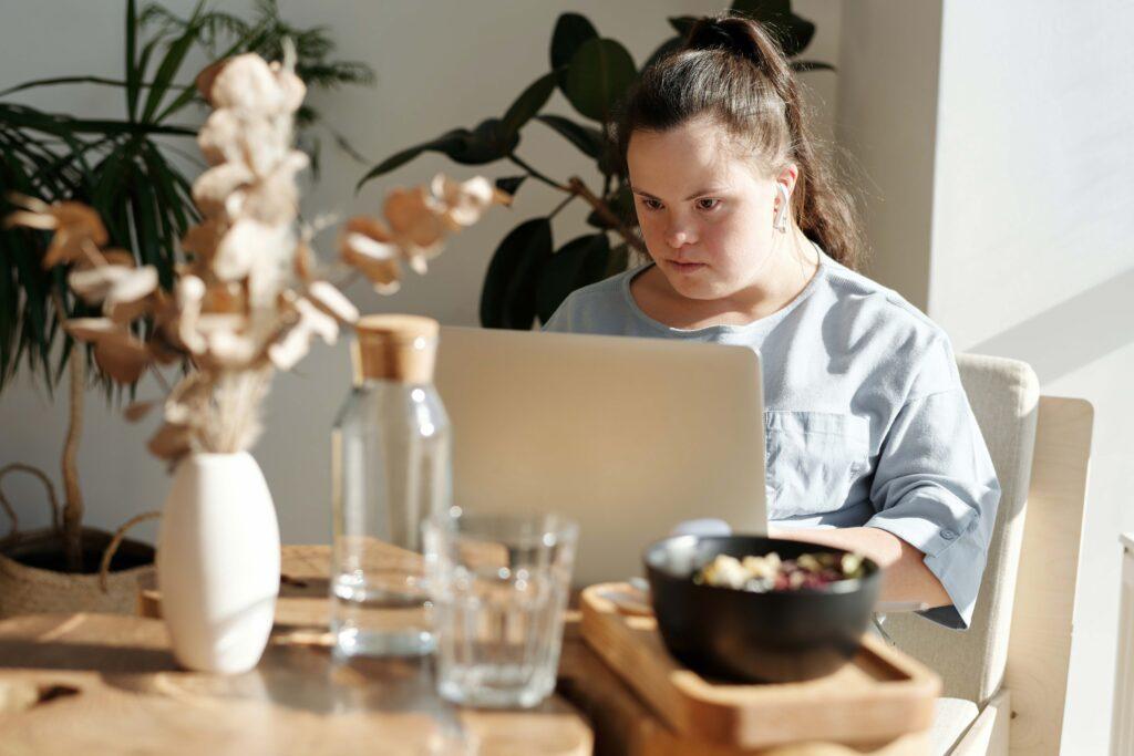 ragazza con disabilità utilizza il computer per comunicare grazie a Vie Di Luce